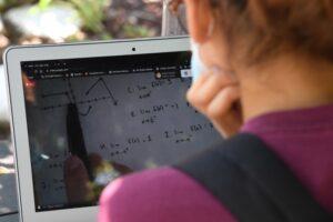 mii-de-copii-din-judetul-mures-nu-au-aparatura-pentru-scoala-online