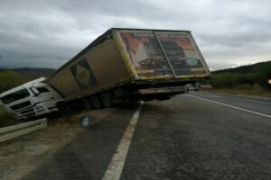 foto-|-accident-in-judetul-mures!-un-autotren-a-ajuns-in-sant-dupa-impactul-cu-o-masina