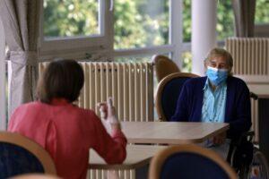 oms-recomanda-purtarea-mastilor-acasa,-atunci-cand-sunt-primiti-vizitatori