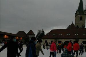 accesul-la-patinoarul-artificial-din-cetatea-tg-mures,-limitat-la-90-de-persoane-pe-tura