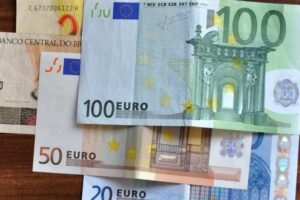 euro banknotes in different denominations 818x490 5