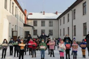 foto:-pachete-cadou-pentru-elevii-si-prescolarii-din-comuna-gurghiu