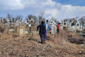 cimitirul-din-goreni,-curatat-de-voluntarii-crestini