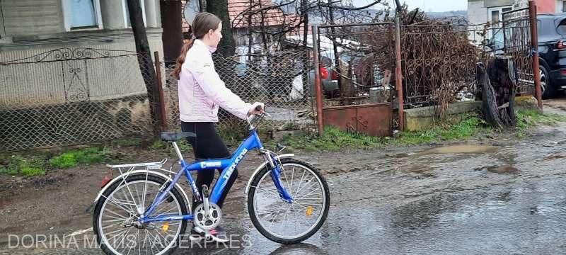 25-de-copii-dintr-un-sat-muresean-au-primit-biciclete-in-urma-unui-proiect-initiat-de-un-preot
