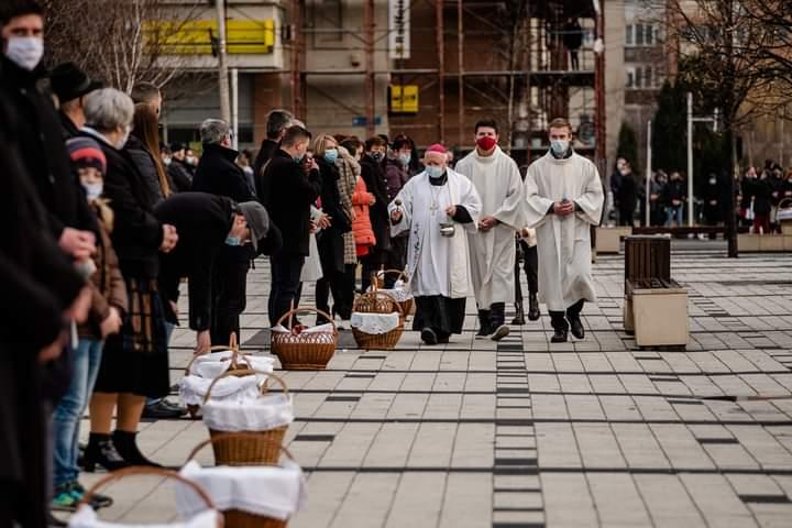 ceremonialul-de-sfintire-a-bucatelor-de-pastele-catolic-de-la-miercurea-ciuc,-in-conditii-de-pandemie