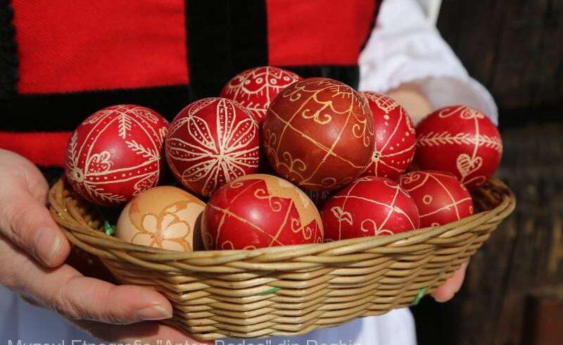 tehnica-maghiara-de-incondeiat-oua,-prezentata-la-muzeul-din-reghin-de-creatoarea-populara-anna-farkas