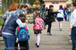 elevii-s-au-intors-astazi-la-scoala,-unii-fizic,-altii-tot-online