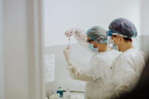 incepand-de-maine-oamenii-se-vor-putea-imuniza-cu-un-ser-impotriva-covid-fara-programare