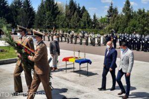 sefa-senatului-si-ministrul-apararii-au-deps-coroane-de-flori-la-monumentul-eroilor-neamului