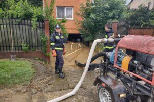 pompierii-au-intervenit-in-23-de-localitati-din-16-judete-pentru-evacuarea-apei-din-case-si-gospodarii,-in-urma-ploilor-abundente