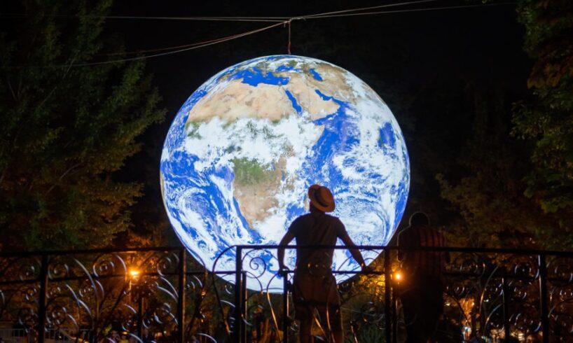 planeta-facuta-din-lumini,-expusa-in-parcul-central-din-sfantu-gheorghe