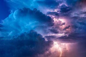 doi-copii-si-o-femeie,-prinsi-sub-un-copac-rupt-de-furtuna,-in-mures!-unul-dintre-copii-a-decedat