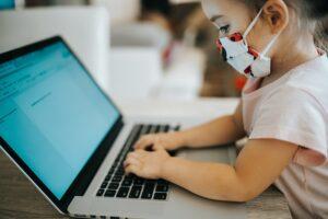 cursuri-online-la-doua-clase-dupa-ce-elevi-harghiteni-au-fost-depistati-pozitiv