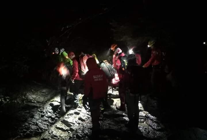 un-turist-a-cazut-40-de-metri-in-gol-de-pe-munte-si-a-supravietuit